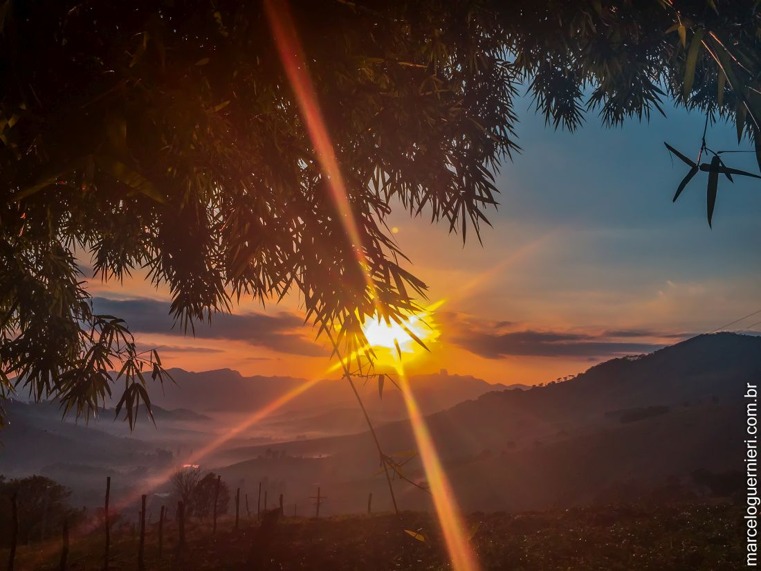Nascer do Sol em São Bento do Sapucaí, SP - Brasil, a partir do bairro do Serrano, com vista para a pedra do Baú